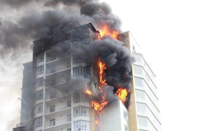 К возгоранию в 25-этажном доме в Красноярске привели сварочные работы